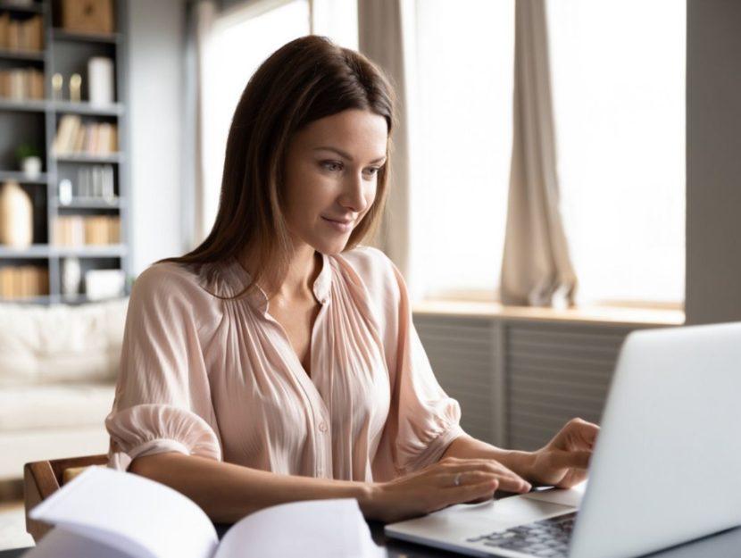 Donna lavora da casa al computer