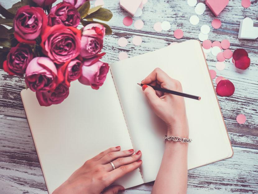 donna scrive lettera fiori