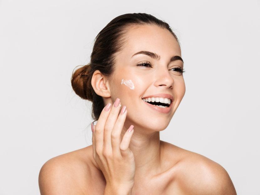 donna che mette la crema al viso