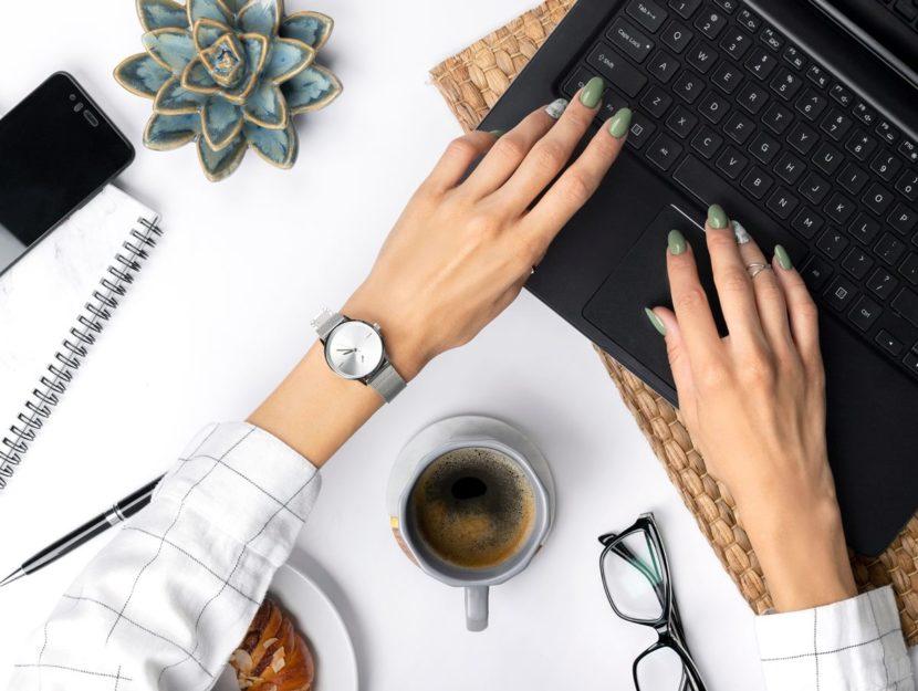 Donna che lavora in smart working con smartphone e pc
