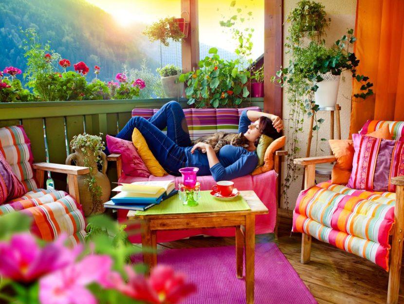 ragazza che si gode il relax in terrazzo