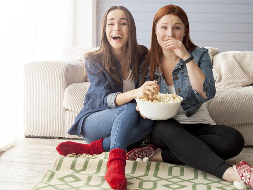 ragazze davanti alla televisione