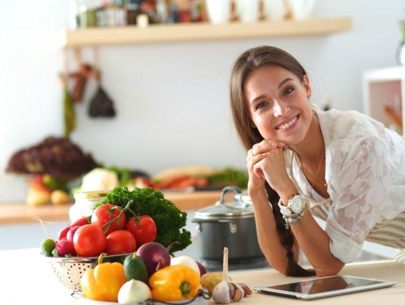 Donna cucina con frutta e verdura