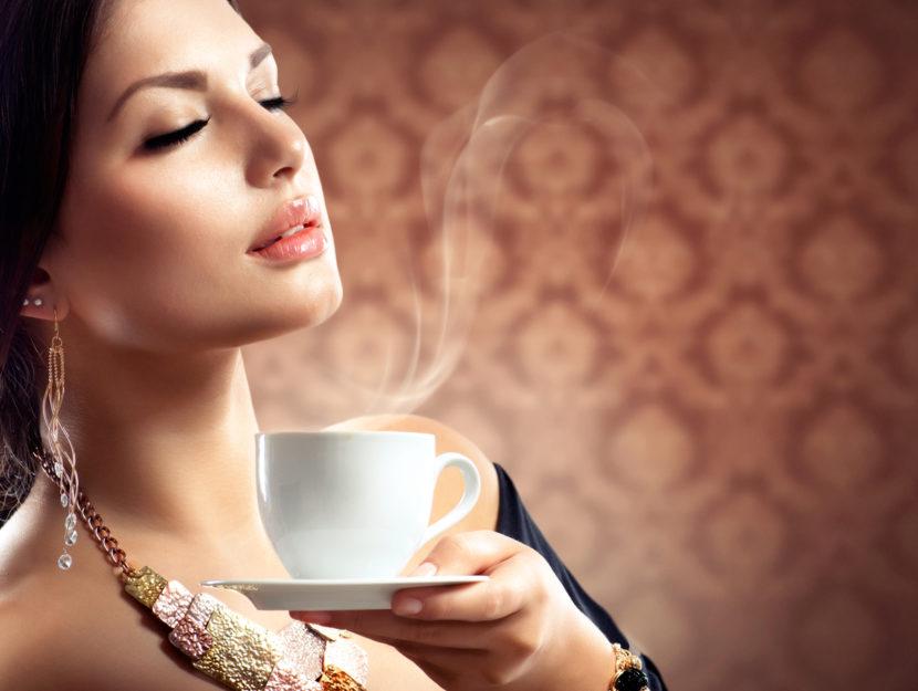 Donna che beve espresso
