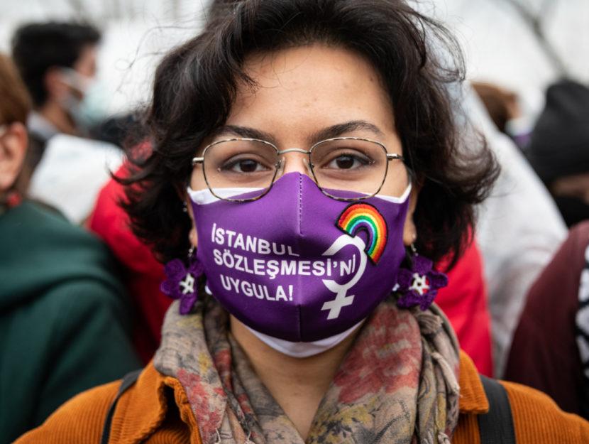 Una donna a Istanbul durante le proteste contro la decisione del presidente Erdogan di ritirare il P