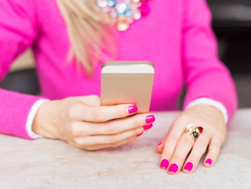 Donna con smalto usa smartphone