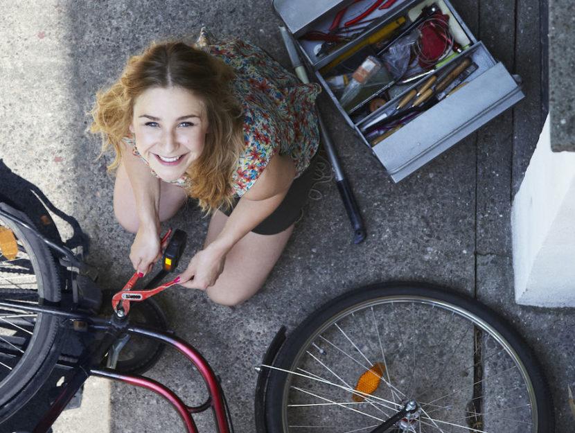 Ragazza aggiusta bici