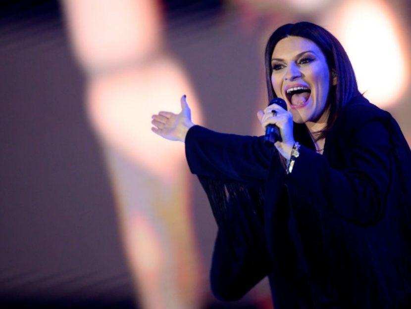 Laura Pausini canta
