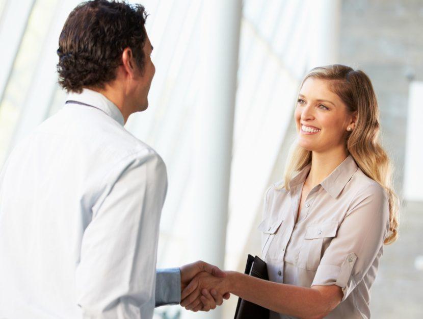 uomo e donna che si stringono la mano