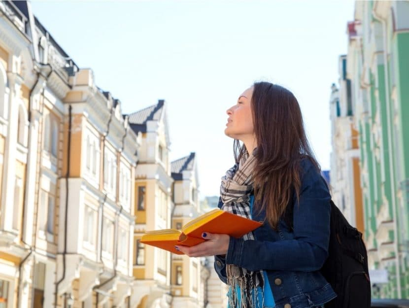 tandem, imparare le lingue, viaggiare, ragazza con libro