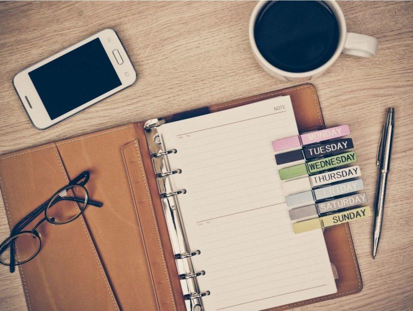 tenere un diario, lavoro, scrivania, caffè, pianificare