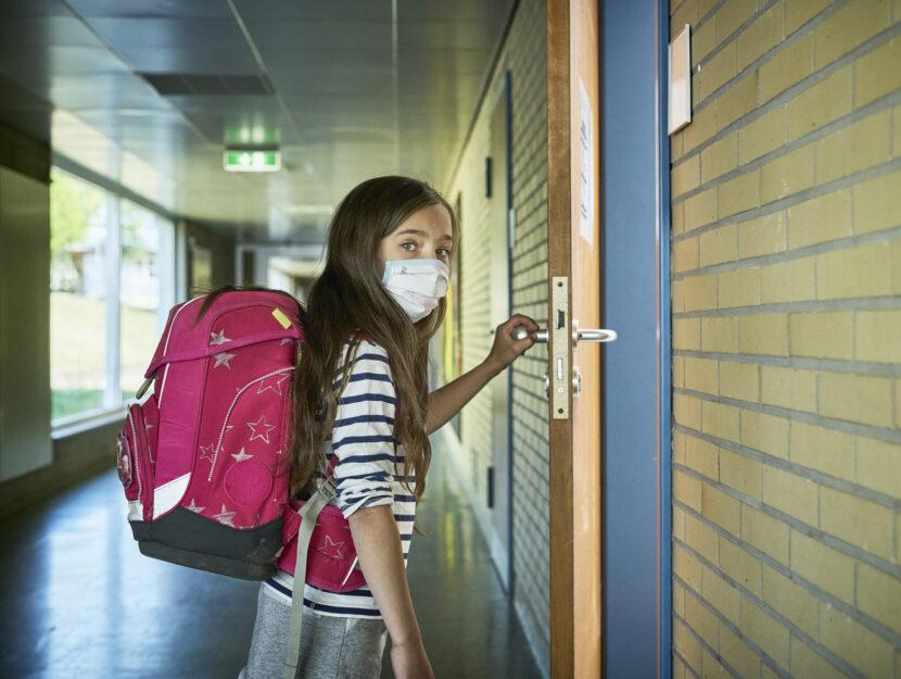 Bambina scuola mascherina