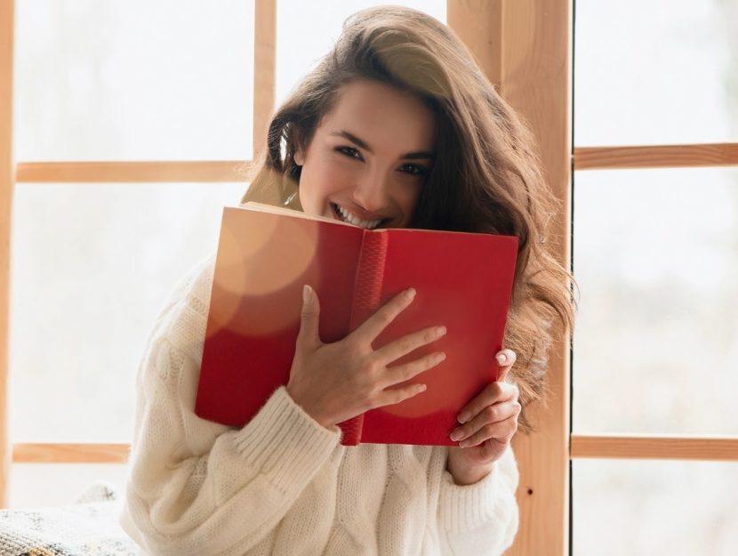 Donna con un libro in mano