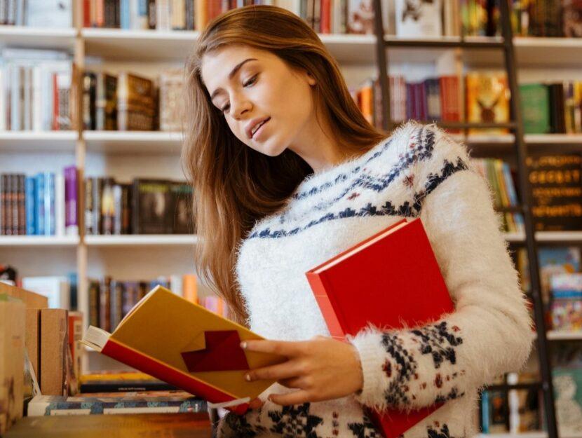 Donna legge libro in libreria