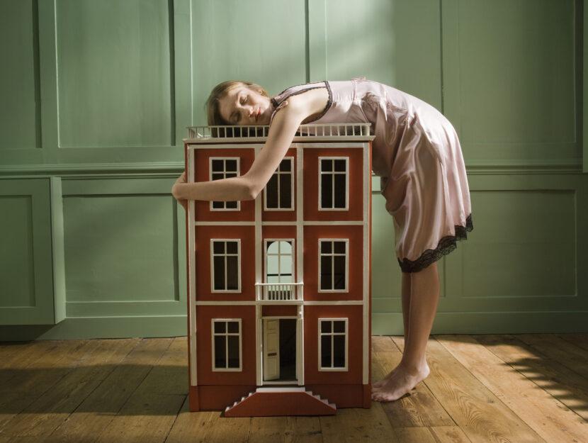 Casa in miniatura con ragazza