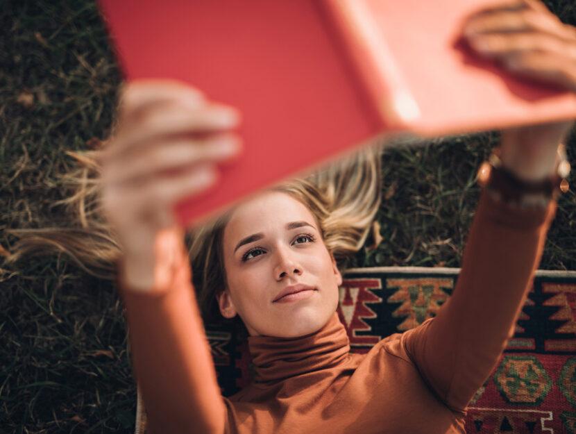 donna legge libro primavera