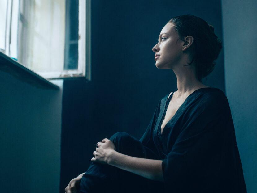 Ragazza meditazione finestra