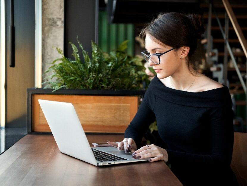 donna, concentrata, al lavoro al computer, app per concentrarti