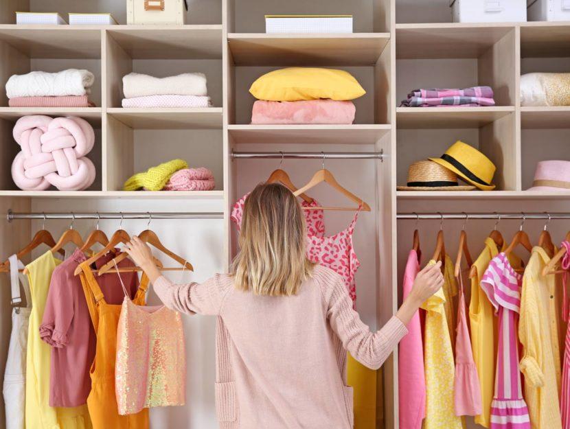 Donna sceglie abiti dalla cabina armadio