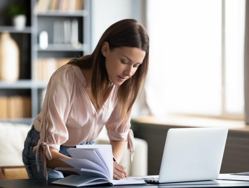 donna al lavoro sulla scrivania, dipendente brillante ma tossico