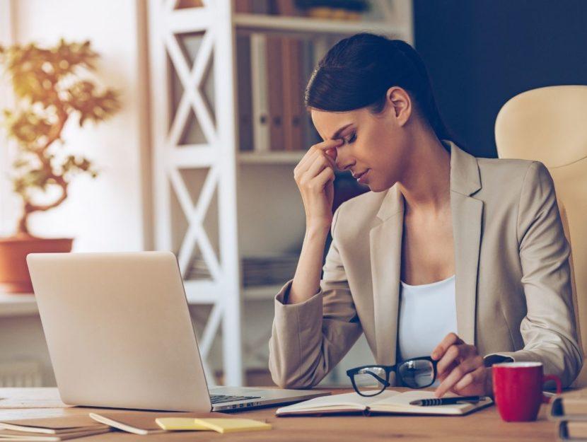 donna in crisi, pressione sul lavoro, scrivania