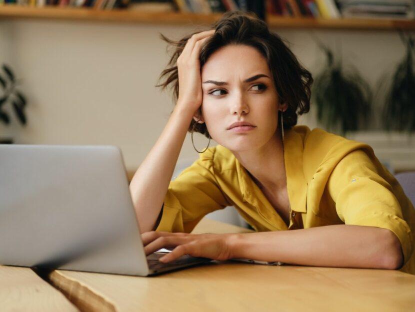 donna preoccupata, capo difficile, computer