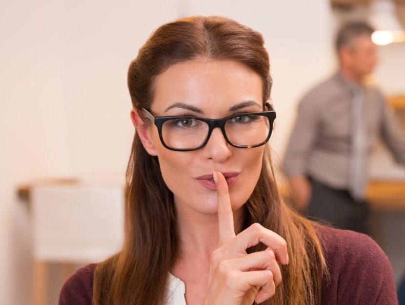 donna silenzio, ufficio, dito sul labbro, rapporto col capo