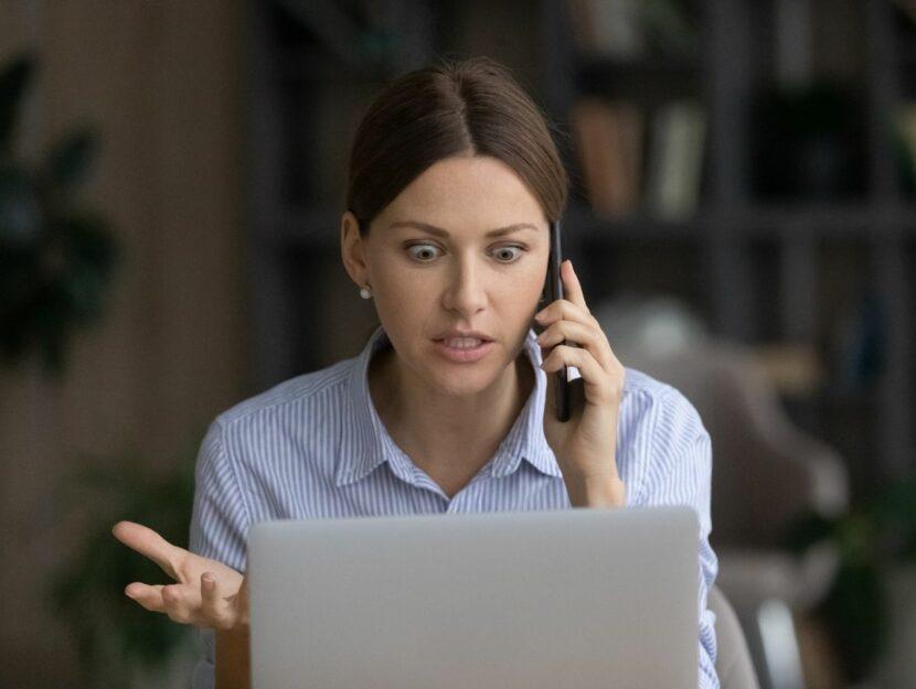 donna arrabbiata al telefono, dopo il colloquio di lavoro