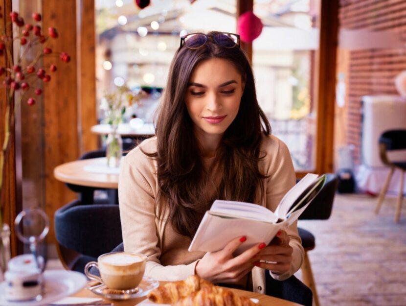 Donna sfoglia un libro