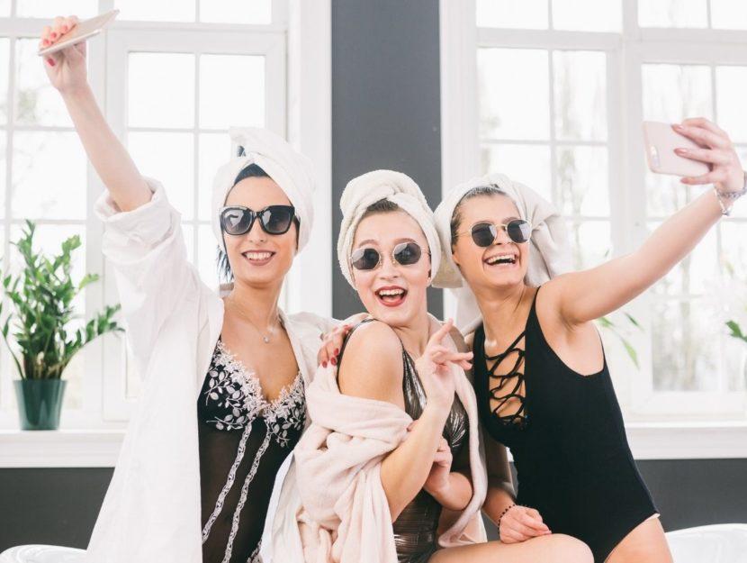 donne che si divertono con smartphone