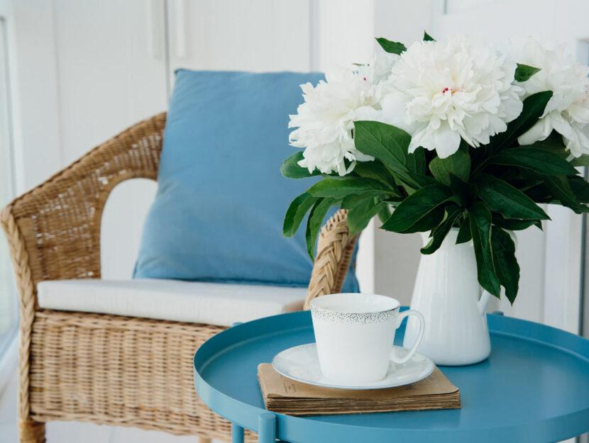 Divanetto con tavolo colorato sul balcone