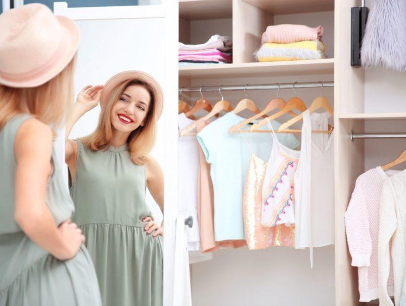 Donna alla moda si guarda allo specchio