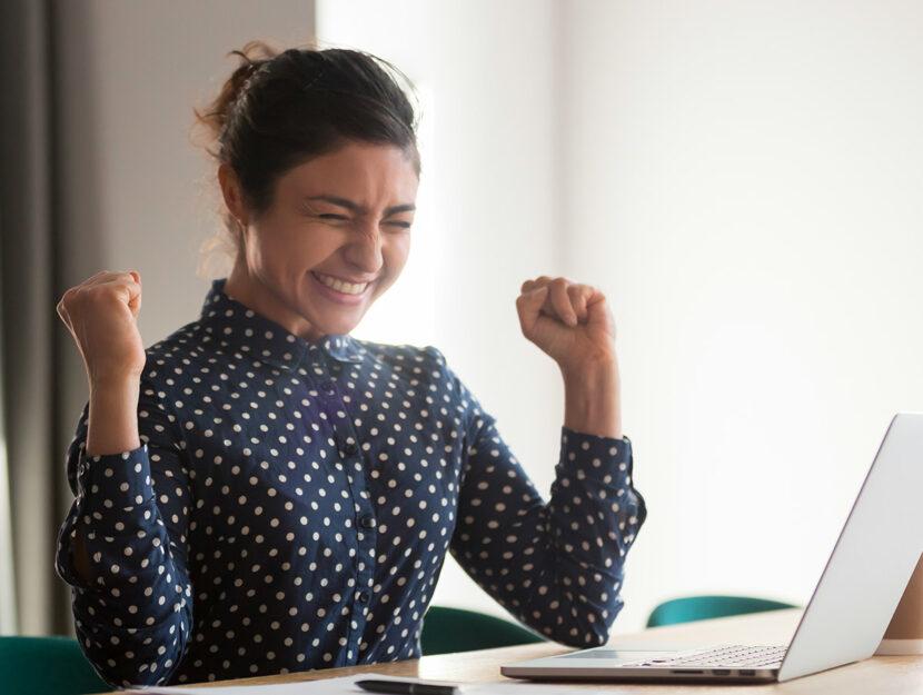 donna che esulta a lavoro