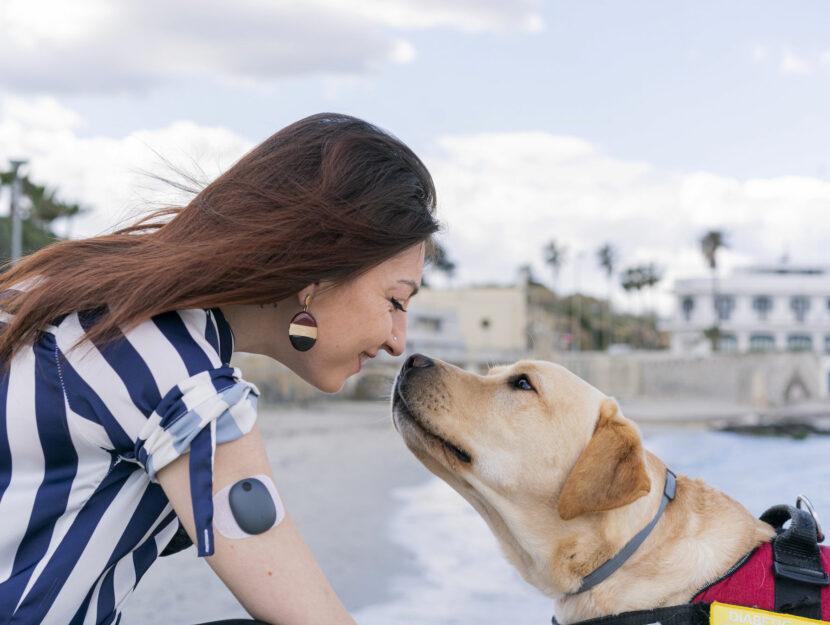 Ragazza cane labrador