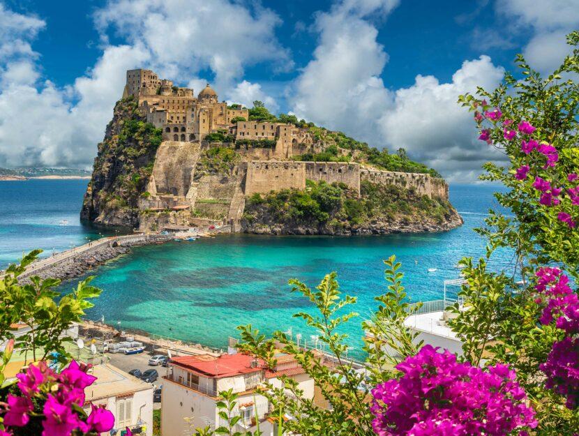 L'isola di Ischia con il Castello Aragonese