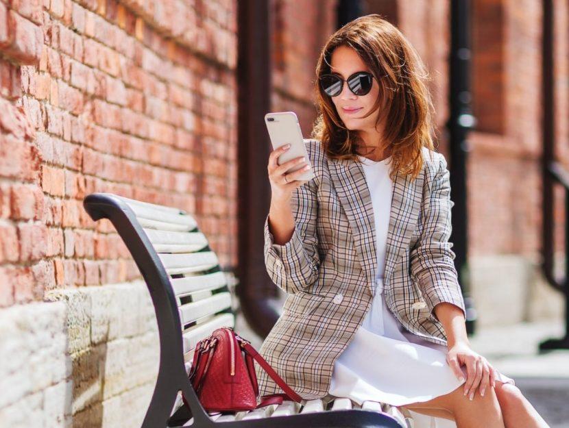 Donna che usa lo smartphone