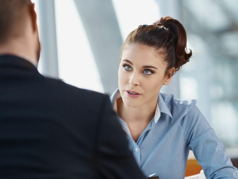 Conversazione di una donna con uomo