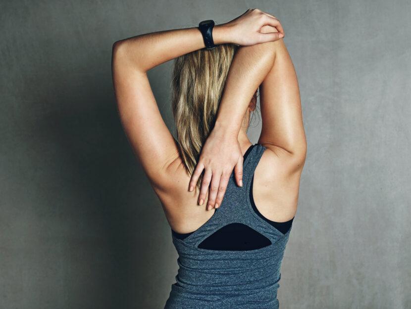 Donna stretching spalle schiena