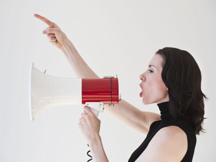 Donna voce altoparlante
