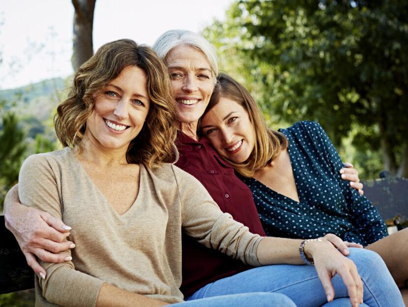Donne sulla panchina famiglia