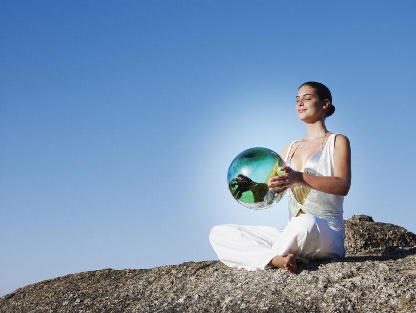 Donna meditazione sfera di vetro