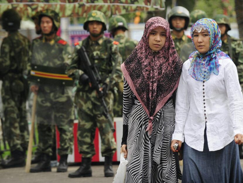 Due donne uigure nella città di Urumqi, nella regione cinese dello Xinjiang