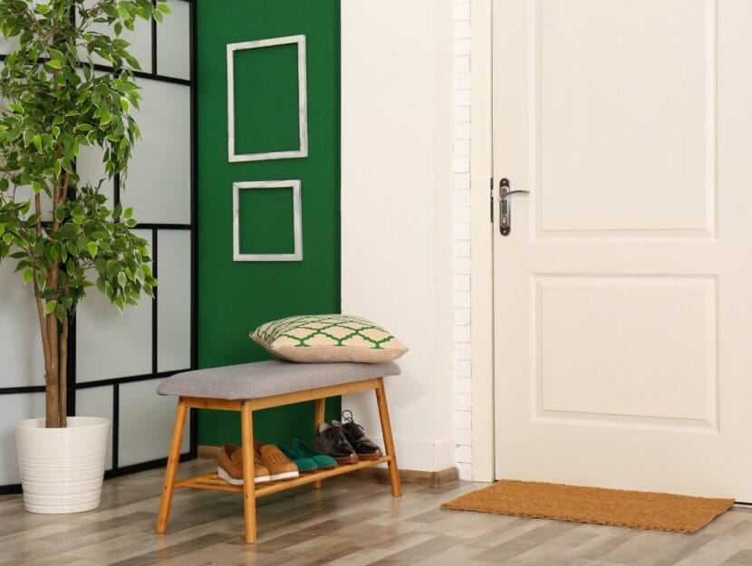 Ingresso casa con porta e mobili