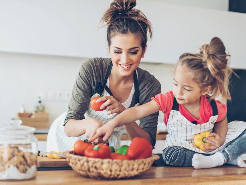 Madre figlia bambina cucina