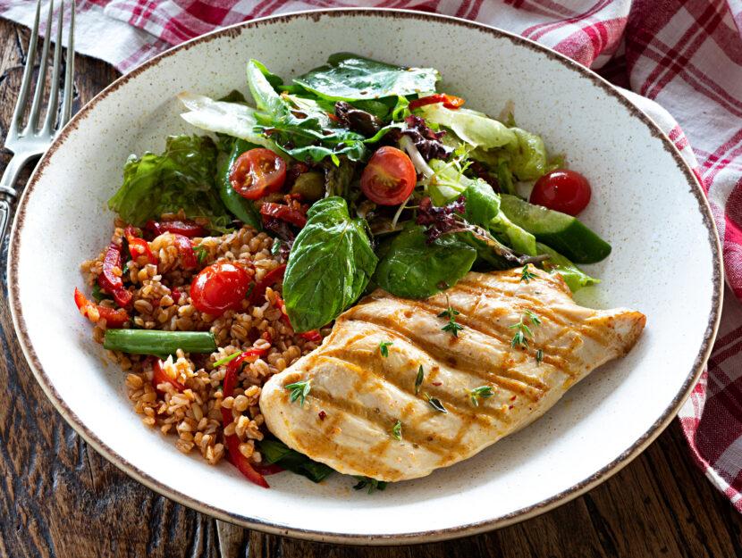 Piatto pollo farro verdure
