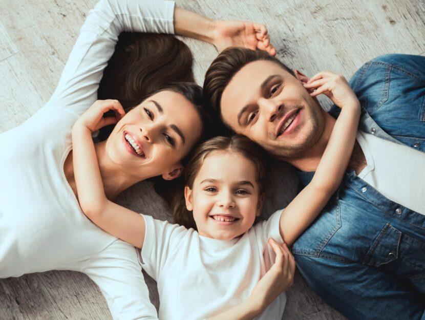 giovani genitori felici