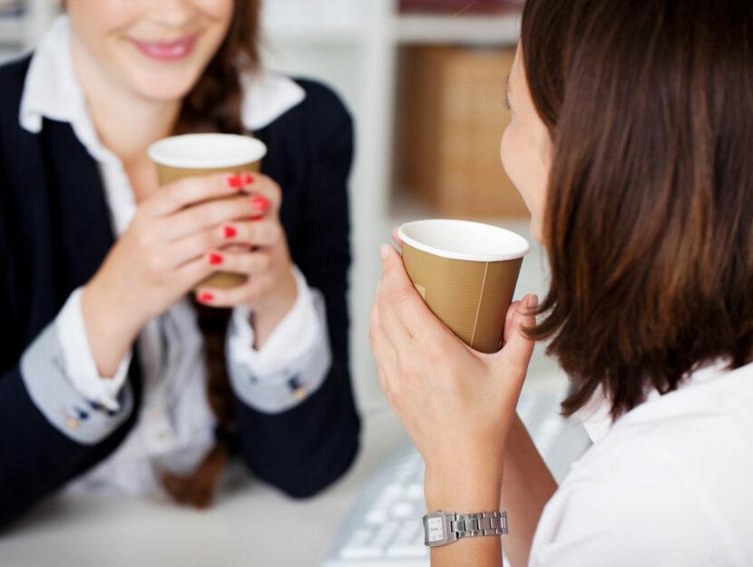 Due colleghe prendono il caffè durante la pausa di lavoro