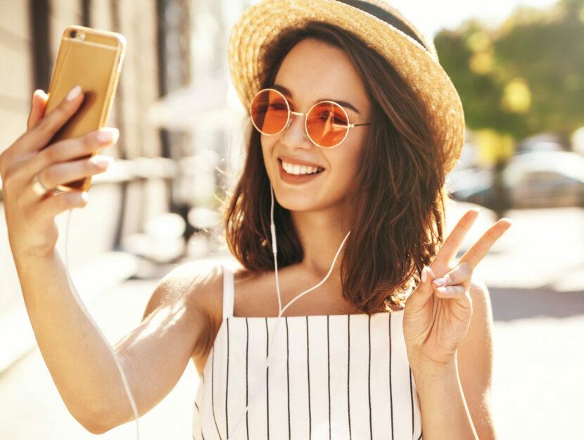 Ragazza scatta un selfie per Instagram