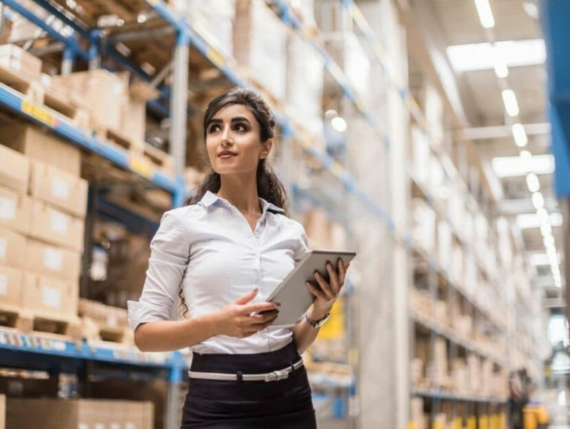 qualità del lavoro, donna in magazzino, donna in carriera