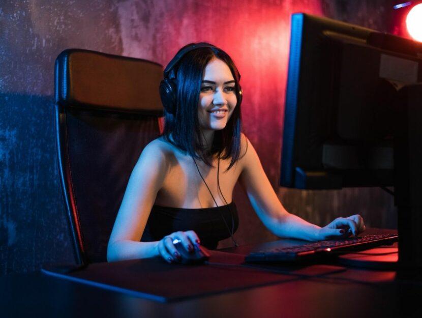 usare Twitch, ragazza al computer che videogioca